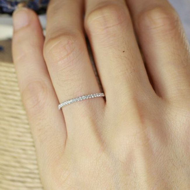 Тонкое кольцо дорожка с бриллиантами из золота