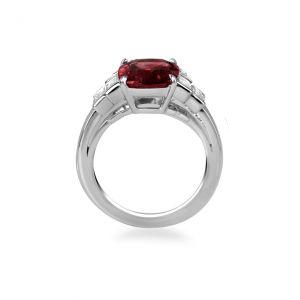 Кольцо с центральным рубином и белыми бриллиантами