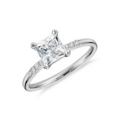 Кольцо с бриллиантом принцесса в центре