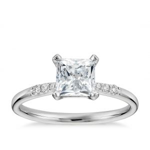 Кольцо с бриллиантом принцесса 0.50 кт в центре и бриллиантами по бокам