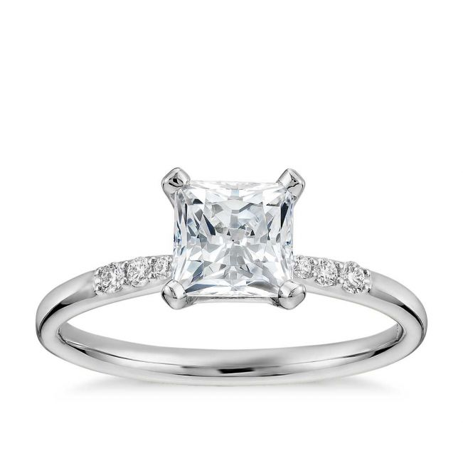 Кольцо с бриллиантом принцесса и камнями по бокам