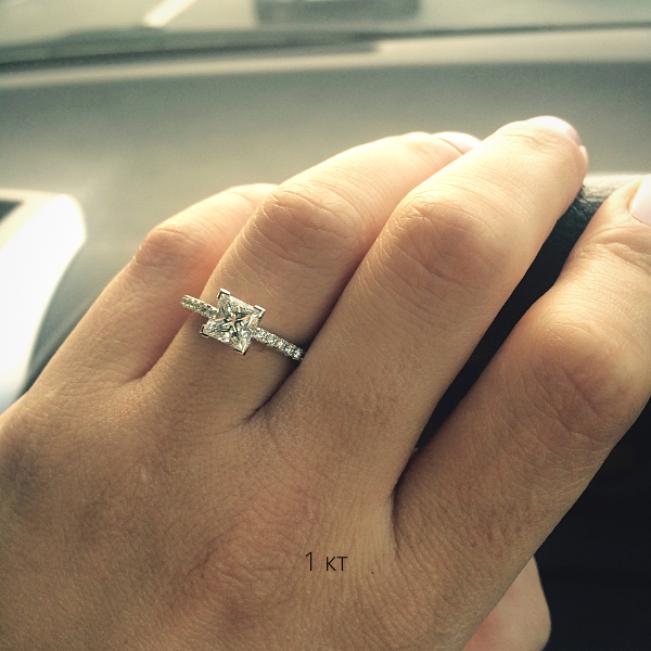 Кольцо с бриллиантом принцесса 1 карат и дорожкой по бокам