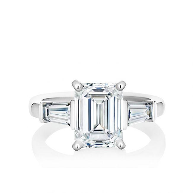 Кольцо с бриллиантом изумрудной огранки и багетами