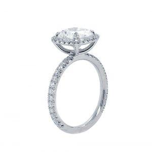 Кольцо с бриллиантом кушон с паве