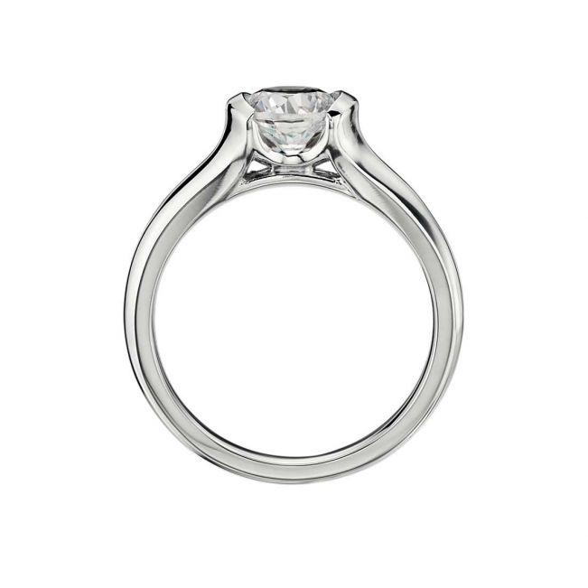 Кольцо с круглым бриллиантом в боковых закрепах