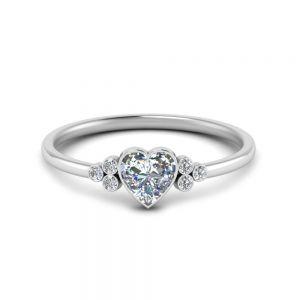 Кольцо с бриллиантом огранки Сердце и 3 боковыми бриллиантами