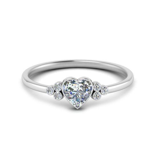 Кольцо с бриллиантом огранки Сердце и 3 боковыми бриллиантами,  Больше Изображение 3