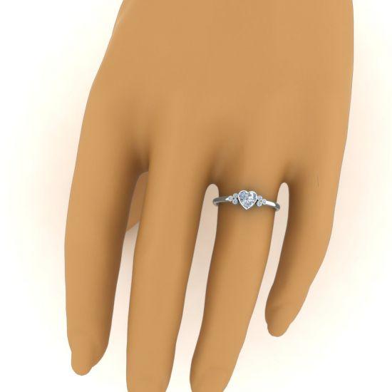 Кольцо с бриллиантом огранки Сердце и 3 боковыми бриллиантами,  Больше Изображение 4