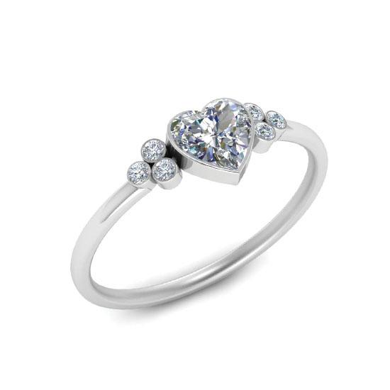 Кольцо с бриллиантом огранки Сердце и 3 боковыми бриллиантами, Больше Изображение 1