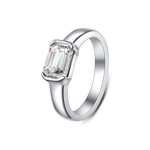 Кольцо с бриллиантом изумрудной огранки в глухой закрепке