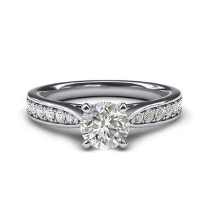 Кольцо с круглым бриллиантом и паве по бокам