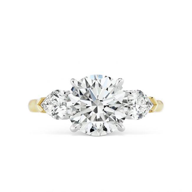 Классическое кольцо с тремя бриллиантами