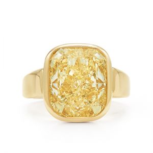 Широкое кольцо с желтым бриллиантом из желтого золота