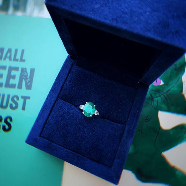 Кольцо с овальным изумрудом и бриллиантами груша по бокам