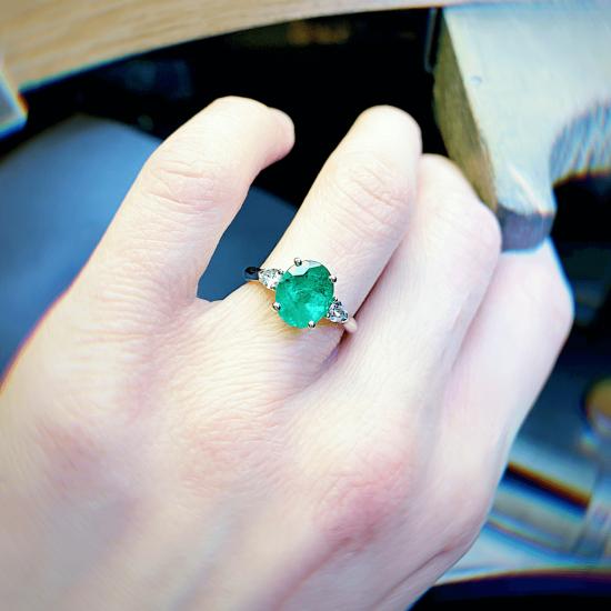 Кольцо с овальным изумрудом и бриллиантами груша по бокам,  Больше Изображение 4