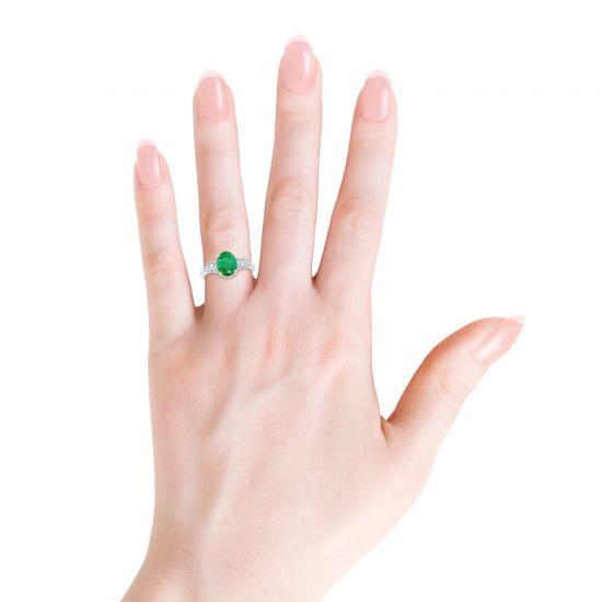 Кольцо с овальным изумрудом и бриллиантами груша по бокам,  Больше Изображение 3