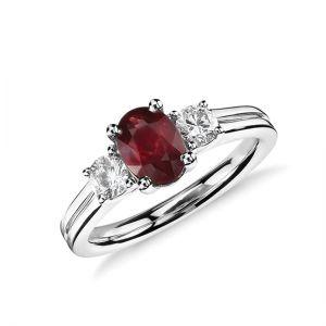 Кольцо с рубином и двумя бриллиантами