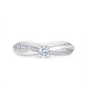 Кольцо с 1 бриллиантом и дорожкой Твист по бокам