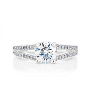 Кольцо с круглым центральным бриллиантом и двойной дорожкой