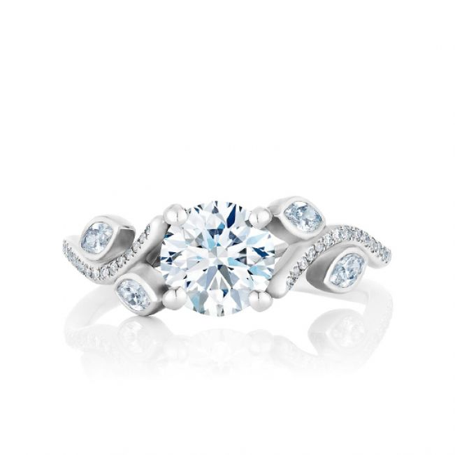 Кольцо с бриллиантом и веточками из бриллиантов по бокам