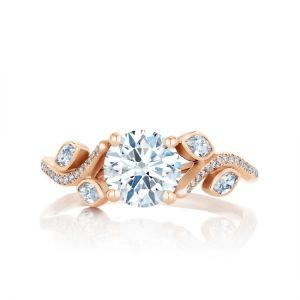 Кольцо с круглым центральным бриллиантом и четырьмя дополнительными
