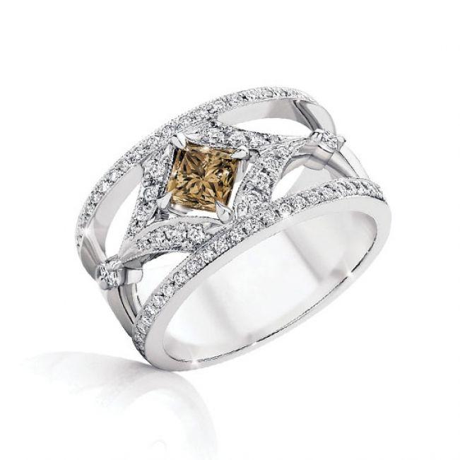 Широкое кольцо с центральным бриллиантом в ореоле и двойной дорожкой