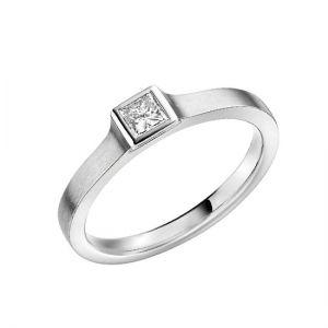 Классическое кольцо с бриллиантом огранки принцесса в глухой закрепке