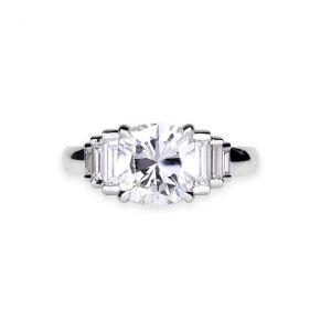 Кольцо с круглым центральным бриллиантом и каскадом дополнительных камней