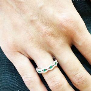 Широкое кольцо дорожка с центральными изумрудами