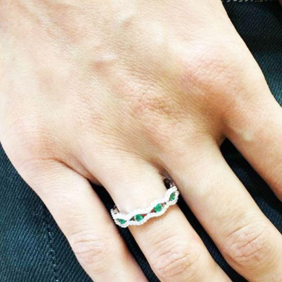 Широкое кольцо дорожка с центральными изумрудами,  Больше Изображение 3