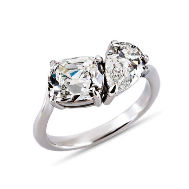 Кольцо с двумя крупными бриллиантами