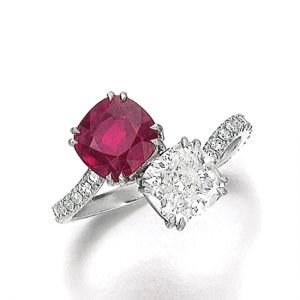 Кольцо с двумя крупными камнями