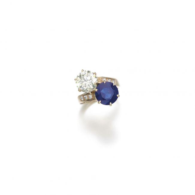 Кольцо с круглым бриллиантом и сапфиром