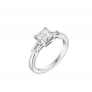 Кольцо с белым бриллиантом огранки «принцесса» и двумя дополнительными