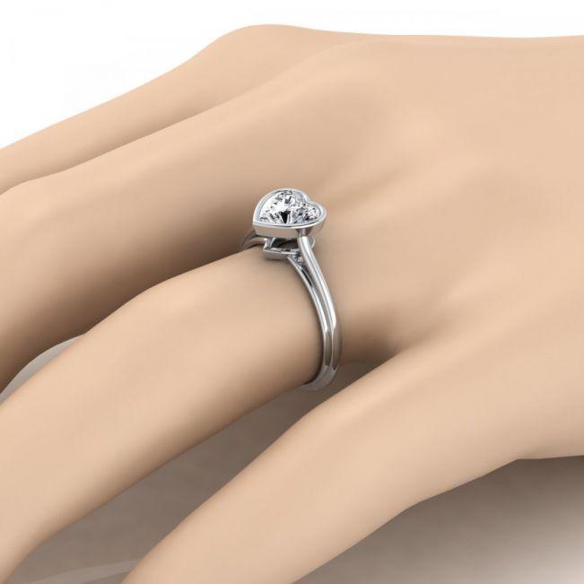 Кольцо с белым бриллиантом в форме сердца