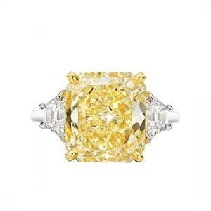 Кольцо с желтым бриллиантом и трапециями