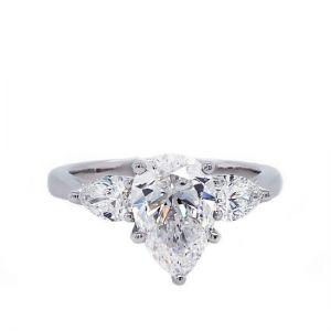 Кольцо с тремя бриллиантами огранки груша