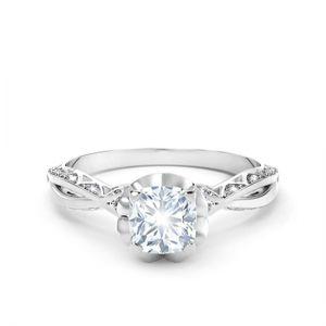 Кольцо с белым бриллиантом огранки «кушон» и дорожкой