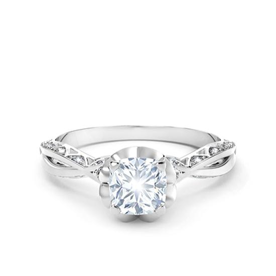 Кольцо с белым бриллиантом огранки «кушон» и дорожкой, Больше Изображение 1
