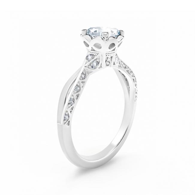 Кольцо с овальным белым бриллиантом и дорожкой - Фото 1