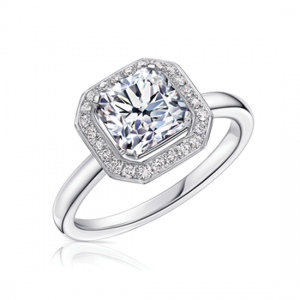 Кольцо с белым бриллиантом огранки «кушон» в ореоле