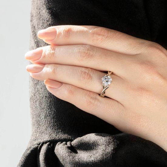 Кольцо перекрученное из белого золота с бриллиантом,  Больше Изображение 8