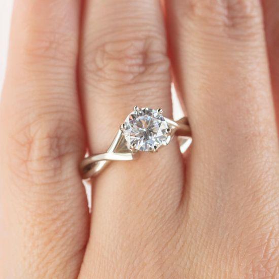 Кольцо перекрученное из белого золота с бриллиантом,  Больше Изображение 7