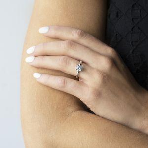 Кольцо с шариками солитер с бриллиантом