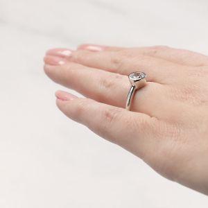 Кольцо с круглым бриллиантом в белом золоте