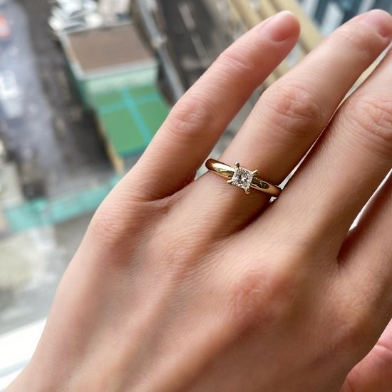 Кольцо с бриллиантом Принцесса 0.41 карата из желтого золота 750 пробы,  Больше Изображение 2