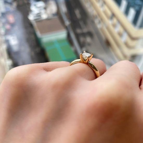 Кольцо с бриллиантом Принцесса 0.41 карата из желтого золота 750 пробы,  Больше Изображение 3