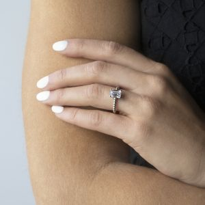 Кольцо золотое с шариками с бриллиантом Эмеральд