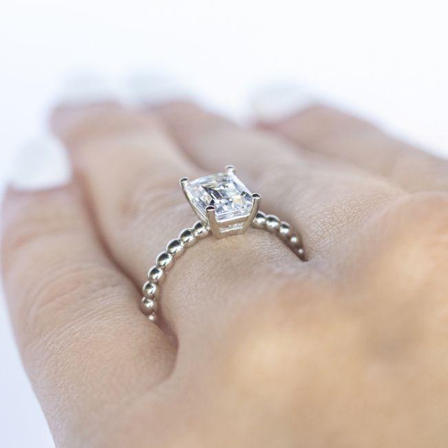 Кольцо с шариками с бриллиантом изумрудной огранки