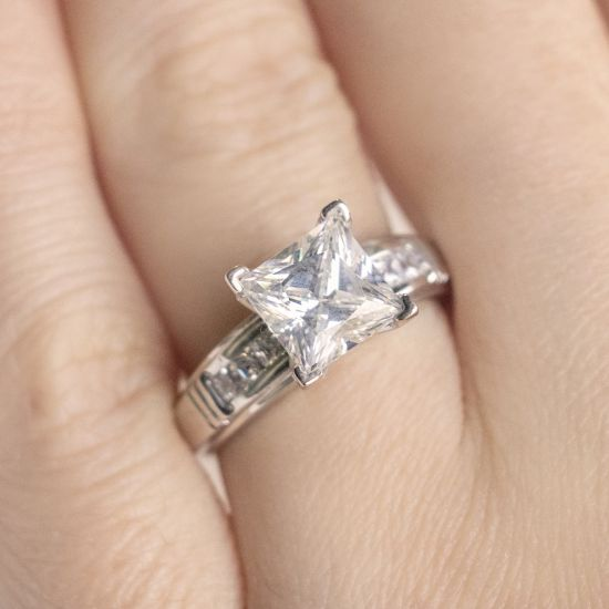 Кольцо солитер с 7 бриллиантами огранки Принцесса,  Больше Изображение 5